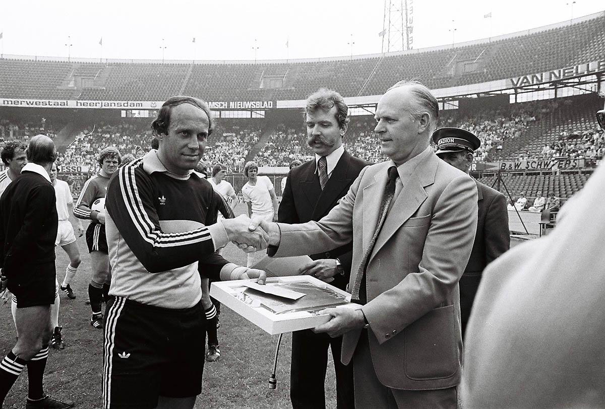 10 juni 1979, Feyenoord - PEC (3-0), 500ste wedstrijd van Eddy Treijtel