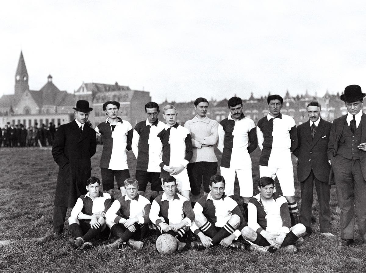 Rotterdamse Voetbal Vereeniging Feyenoord anno 1914 op het Afrikaanderplein te Rotterdam Zuid