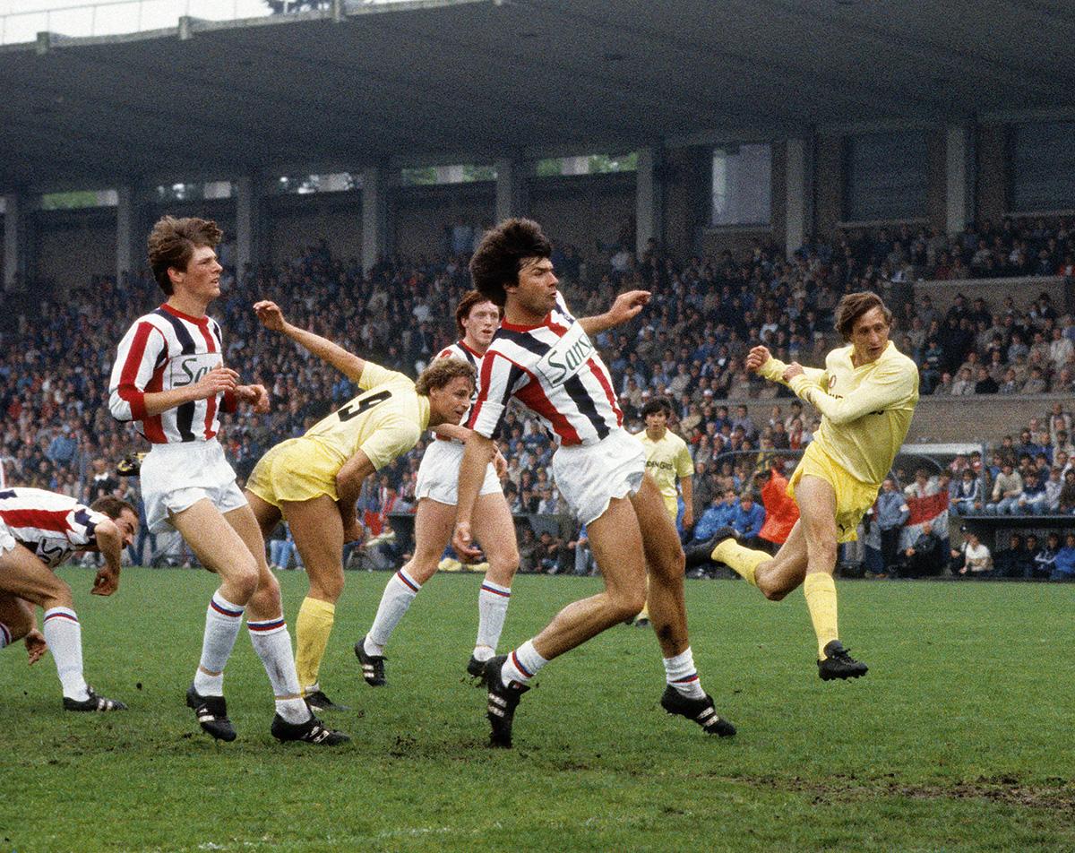 Peter Houtman in actie tijdens de kampioenswedstrijd van Feyenoord in 1983
